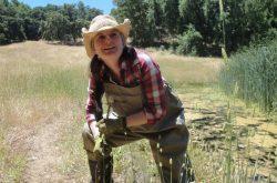 Chelsea Wood le long de l'un des étangs de l'expérience de recherche.