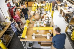 Le laboratoire de flotteurs océaniques du bâtiment UW Ocean Sciences est une ruche d'activités. Des dizaines de flotteurs sont à différents stades de construction, à la fois pour le programme Argo en cours et le nouveau projet SOCCOM d'étude de l'océan Austral
