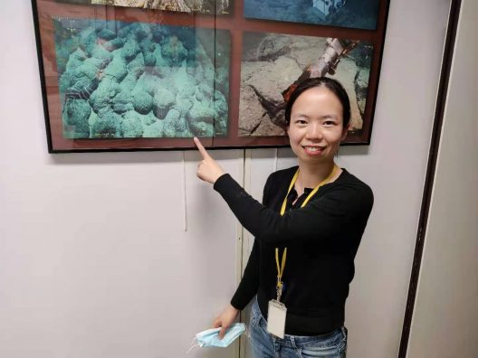 Yan with a photo of oceanic crust.